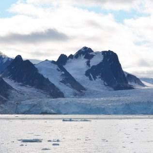 Un glacier dans les nuages du Svalbard