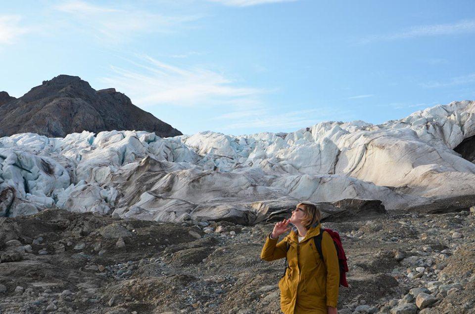 Charlotte qui pose au pied d'un glacier lors d'une randonnée au Svalbard