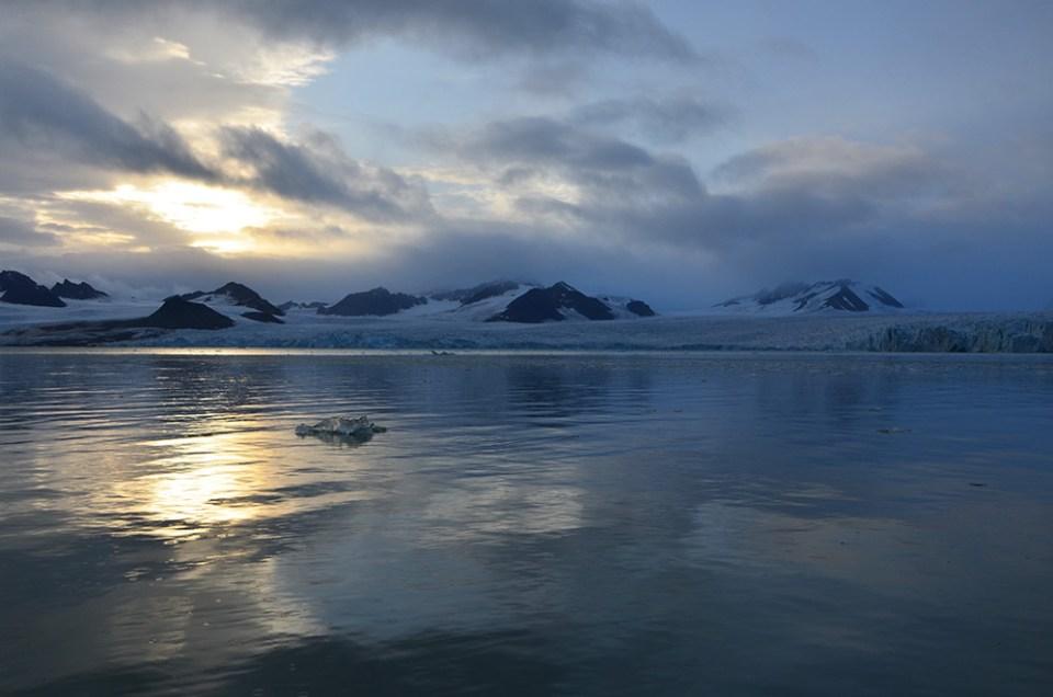 """Soleil """"presque"""" couchant sur le plus grand glacier du Svalbard"""