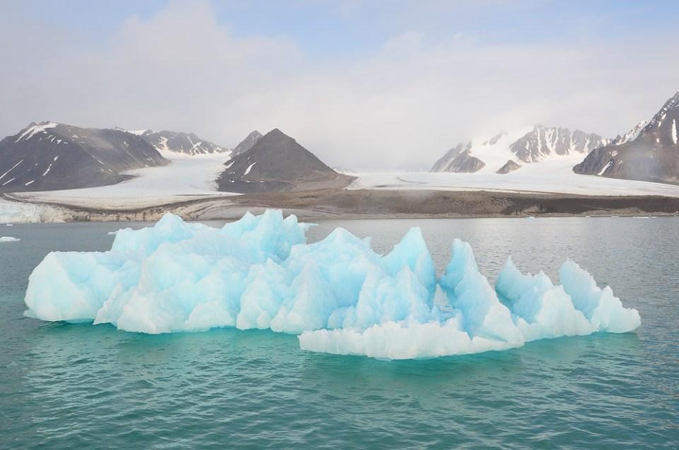 Iceberg bleu qui flottent devant un glacier, Svalbard