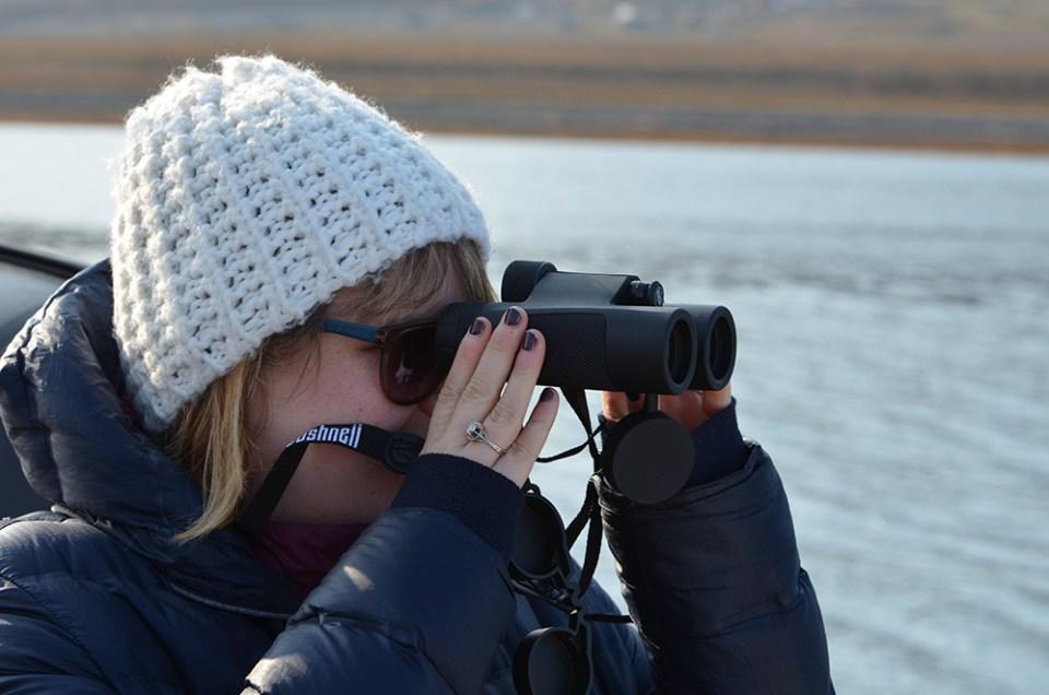 Marie-Catherine observe le paysage aux jumelles