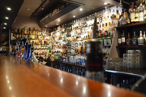 Vue sur les 1000 bouteilles du Karlsberger Pub, Longyearbyen, Svalbard