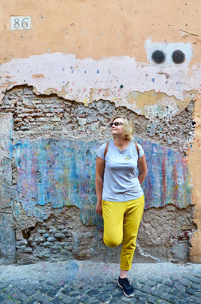 Charlotte devant une facade colorée et délabrée dans une rue perpendiculaire à la place Campo de Fiori, Rome, Italie
