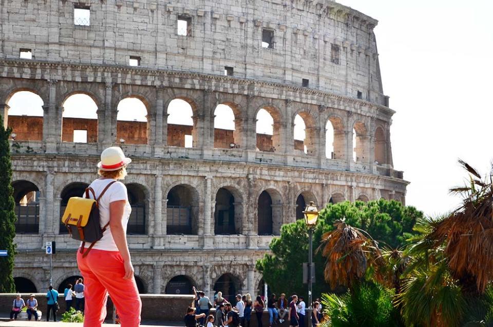 Charlotte de dos devant le Colisée, Rome, Italie