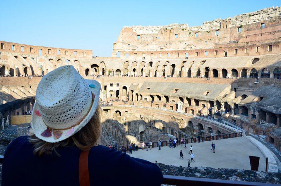 Vue de dos de Marie-Catherineà l'intérieur du Colisée de Rome, Italie