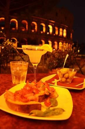 Apéro avec vue sur le Colisée de Rome de nuit, Italie