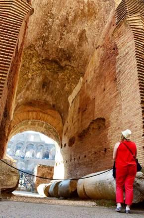Marie-Catherine de dos, à l'intérieur du Colisée, Rome, Italie