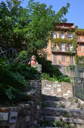 Marie-Catherine dans les escaliers du Palatin, Rome, Italie