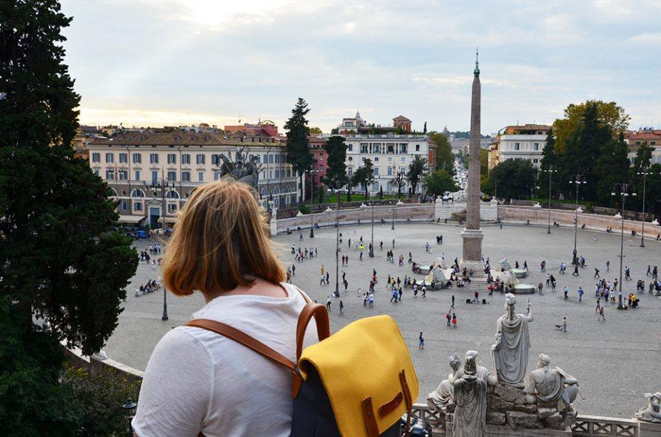 Marie-Catherine de dos en hauteur de la Piazza del Popolo, Rome, Italie