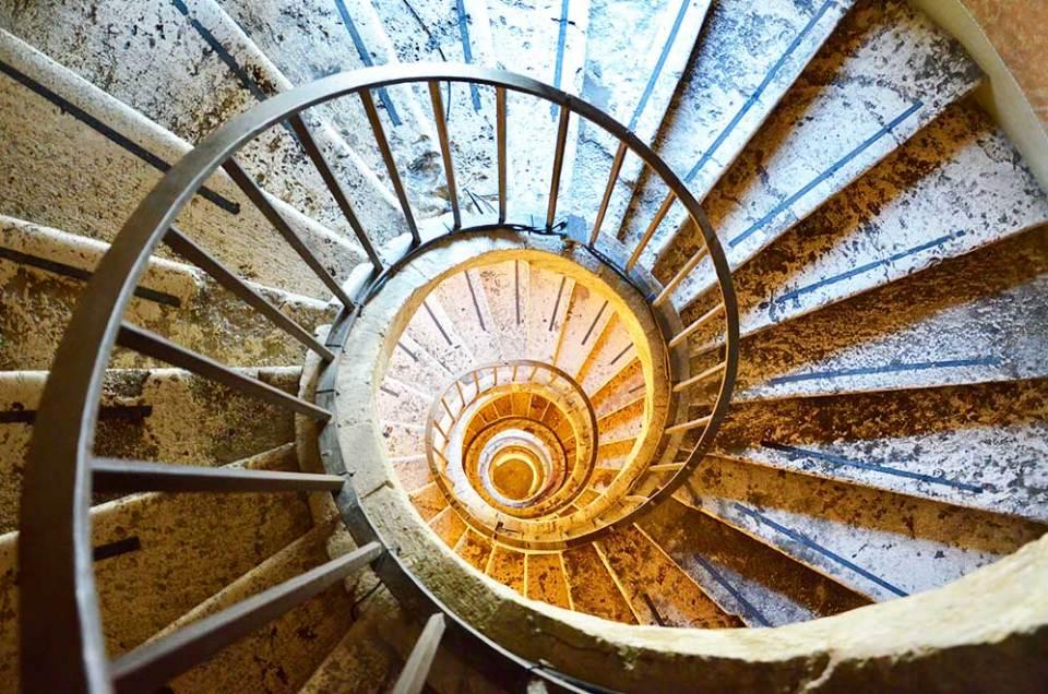 Vue dans haut sur le grand escalier en colimaçon de la Villa Medicis, Rome, Italie