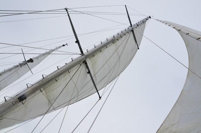 Voiles au vent de l'Aztec Lady par une journée de grand vent au Svalbard.