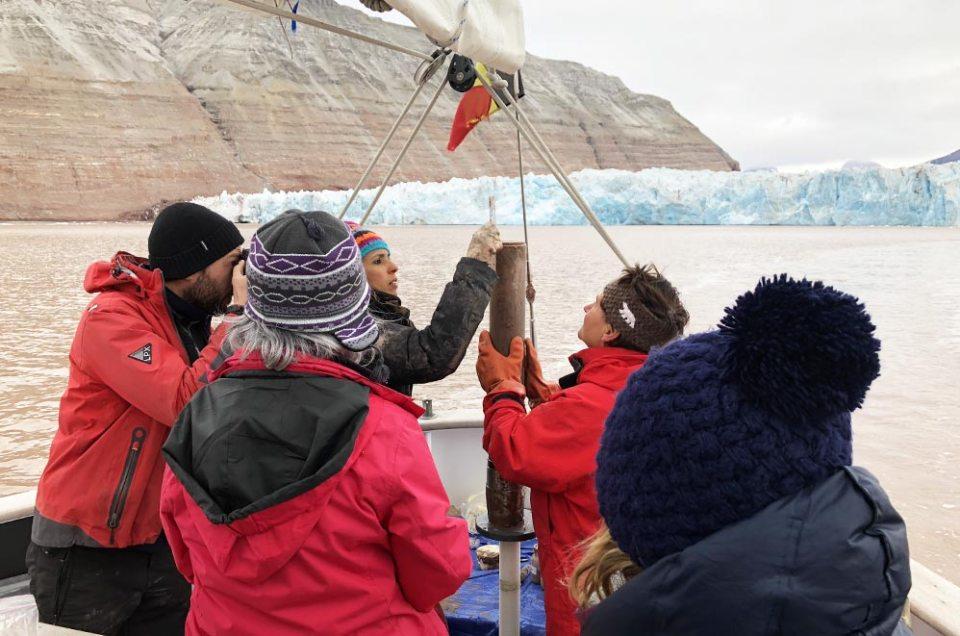 Les scientifiques qui vérifient leurs carotages en baie du Roi, Svalbard