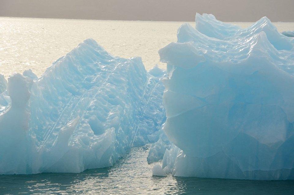 Magnifique iceberg bleu du Svalbard