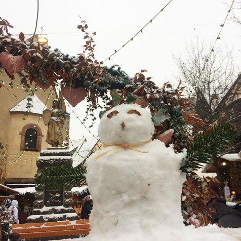 Bonhomme de neige sur le marché de noël d'Eguisheim, Alsace