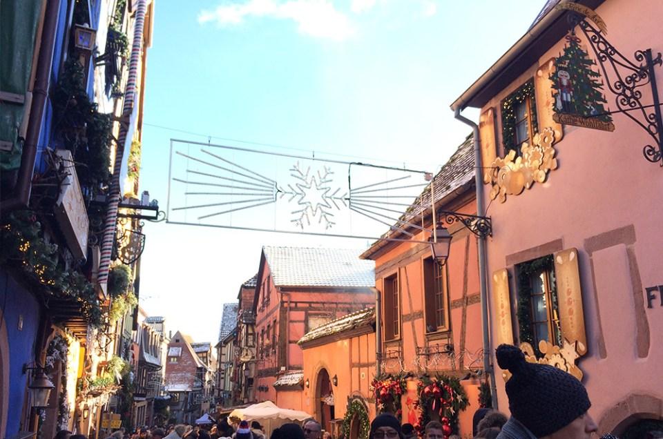 vue de la rue étroite et principale de Riquevihr, Alsace