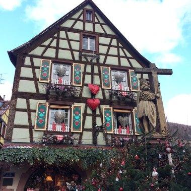 Jolie maison à colombages colorée Riquevihr, Alsace