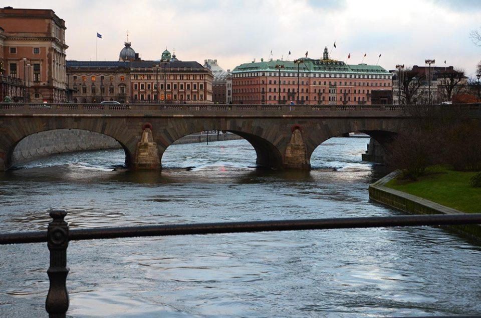 Vue sur Stockholm depuis un pont de la ville de jour, Suède