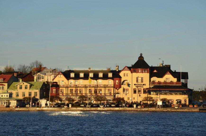 Vue sur la ville de Vaxholm depuis le bateau, fjords de Stockholm, Suède
