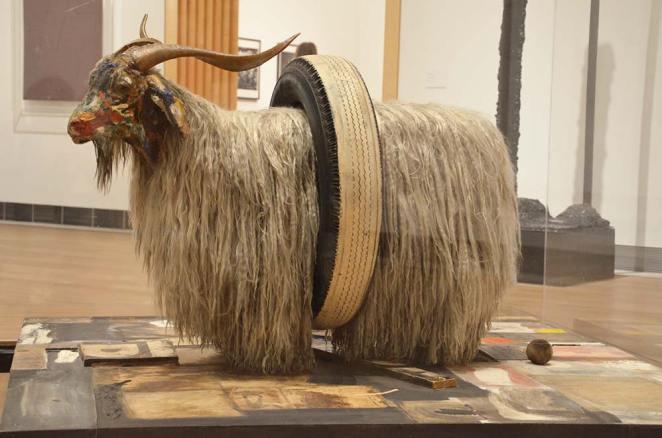 Oeuvre de Robert Rauschenberg, chèvre dans un pneu, au Musée d'Art Moderne de Stockholm, Suède