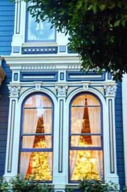 Fenêtre d'une maison victorienne à Noël, San Francisco , USA