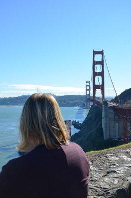 Marie-Catherine de dos admirant le Golden gate bridge, San Francisco, USA