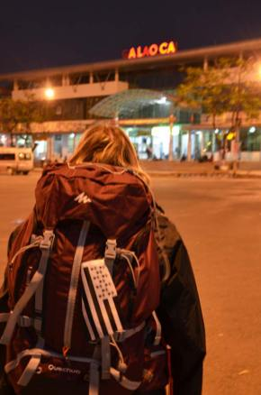 Marie-Catherine de dos à la Gare de Lao Cai, Vietnam