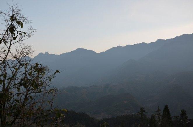 Montagnes embrumées à Sapa, Vietnam