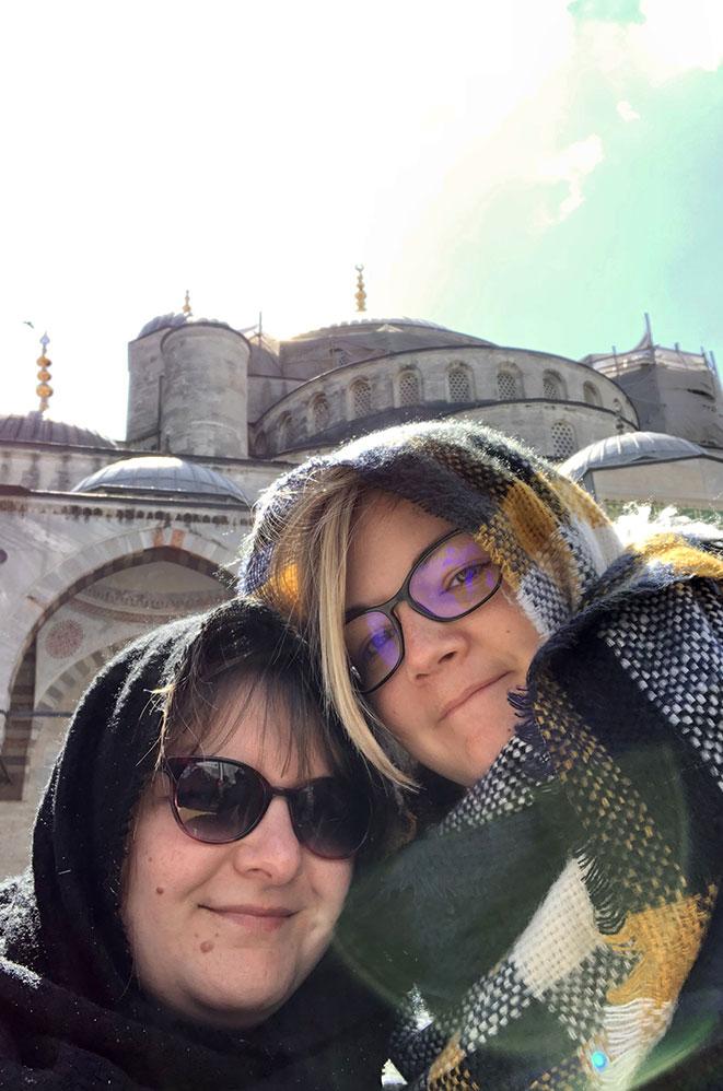 Marie-Catherine et Charlotte, devant la mosquée bleue, Istanbul, Turquie