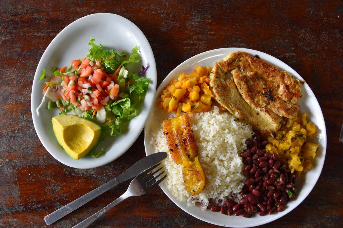 Deux assiettes de Casado, plat typique du Costa Rica
