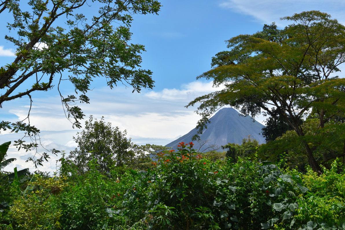 Vue sur la verdure cachant le volcan Arenal, Costa Rica