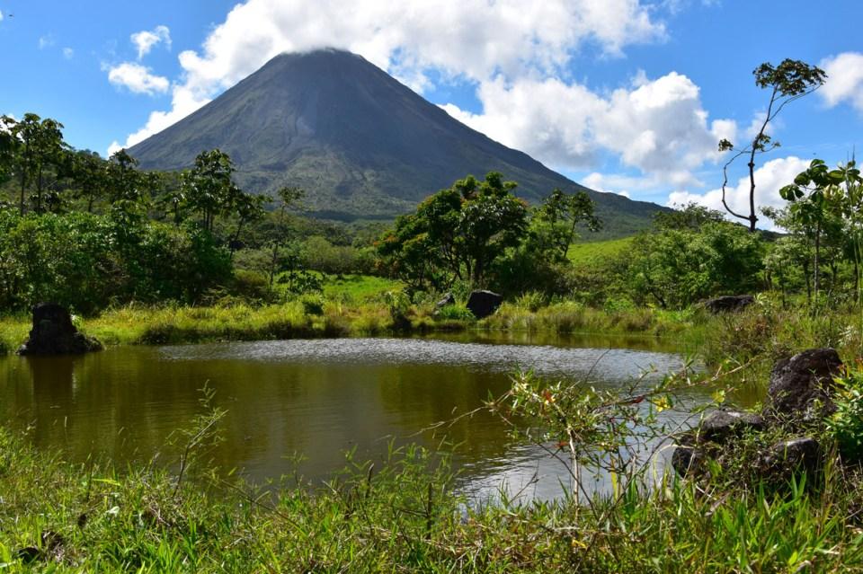 Vue sur le volcan Arenal et son lac au Costa Rica