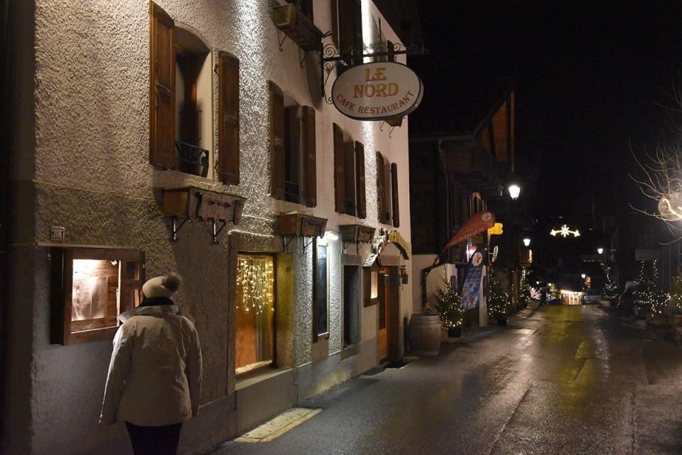 Suisse, Champéry devant Le Café du Nord