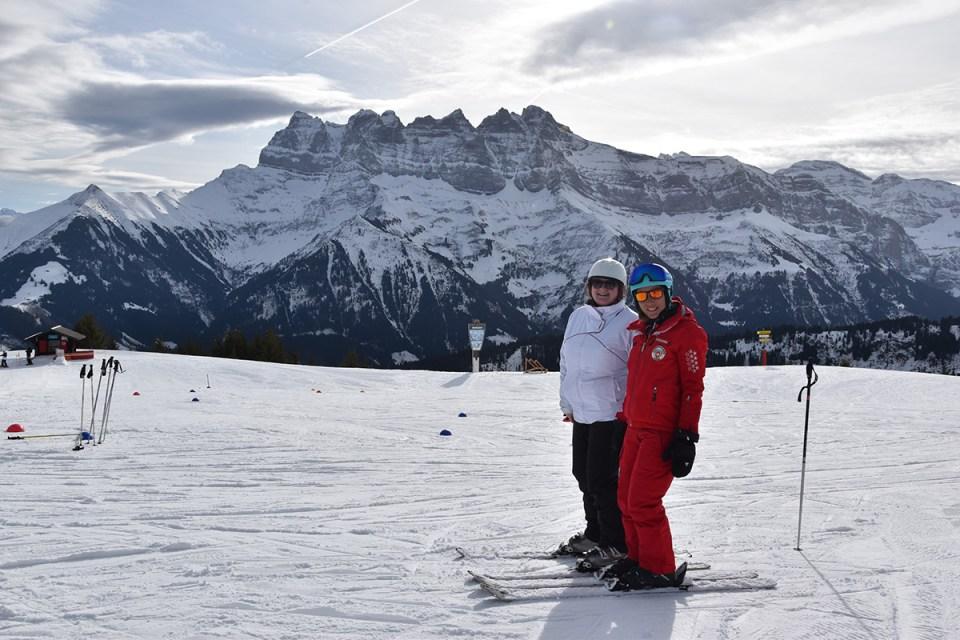 Marie-Catherine et Stéphanie, monitrice de ski, sur les pistes de Morgins, Suisse
