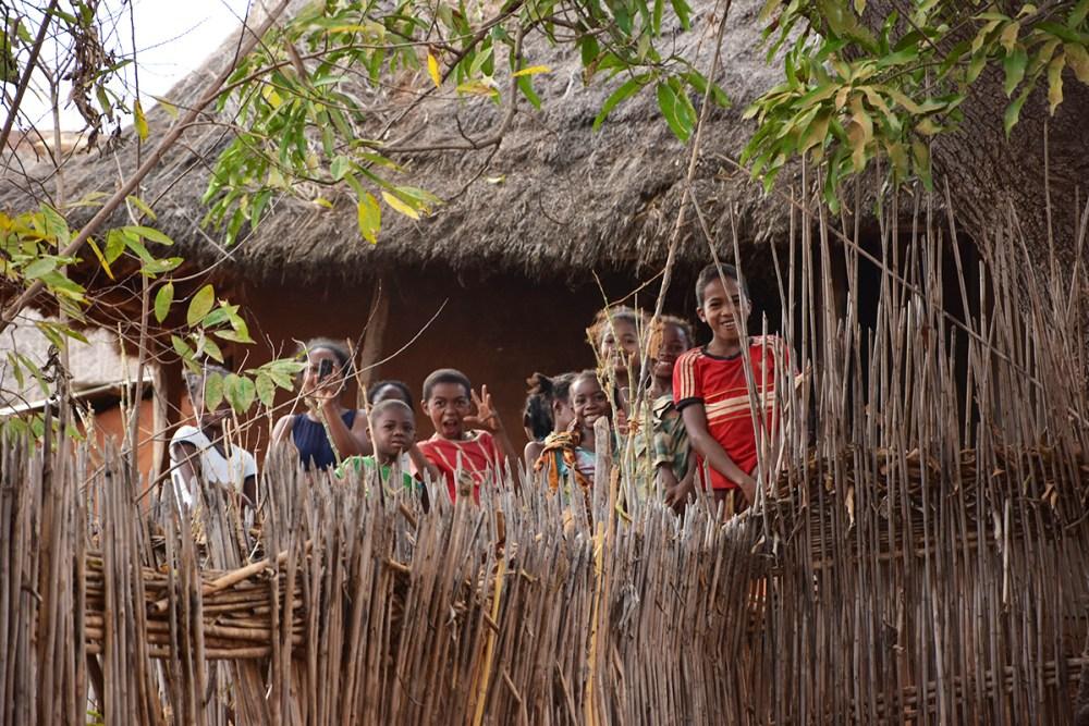 Des enfants dans un village, Madagascar