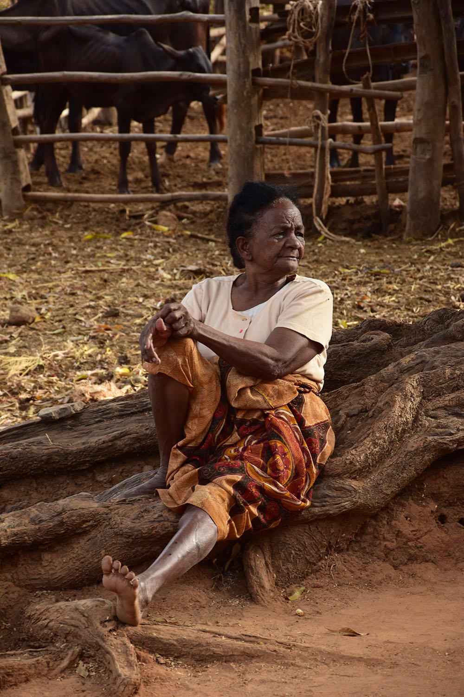 Grand-mère assise au pieds d'un arbre, Madagascar