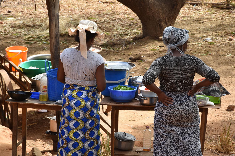 Deux femmes qui cuisinent à l'extérieur, Madagascar