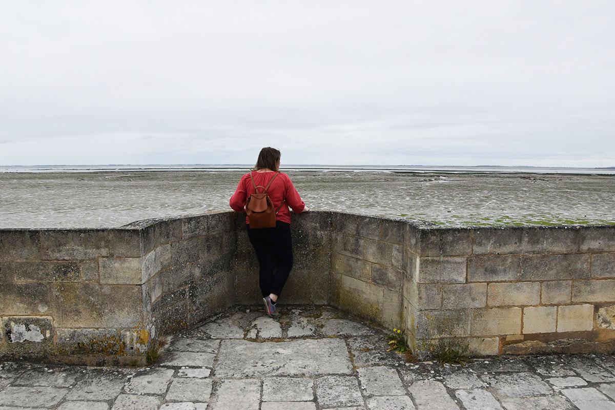 Marie-Catherine observe la mer depuis la citadelle du Château-d'Oléron