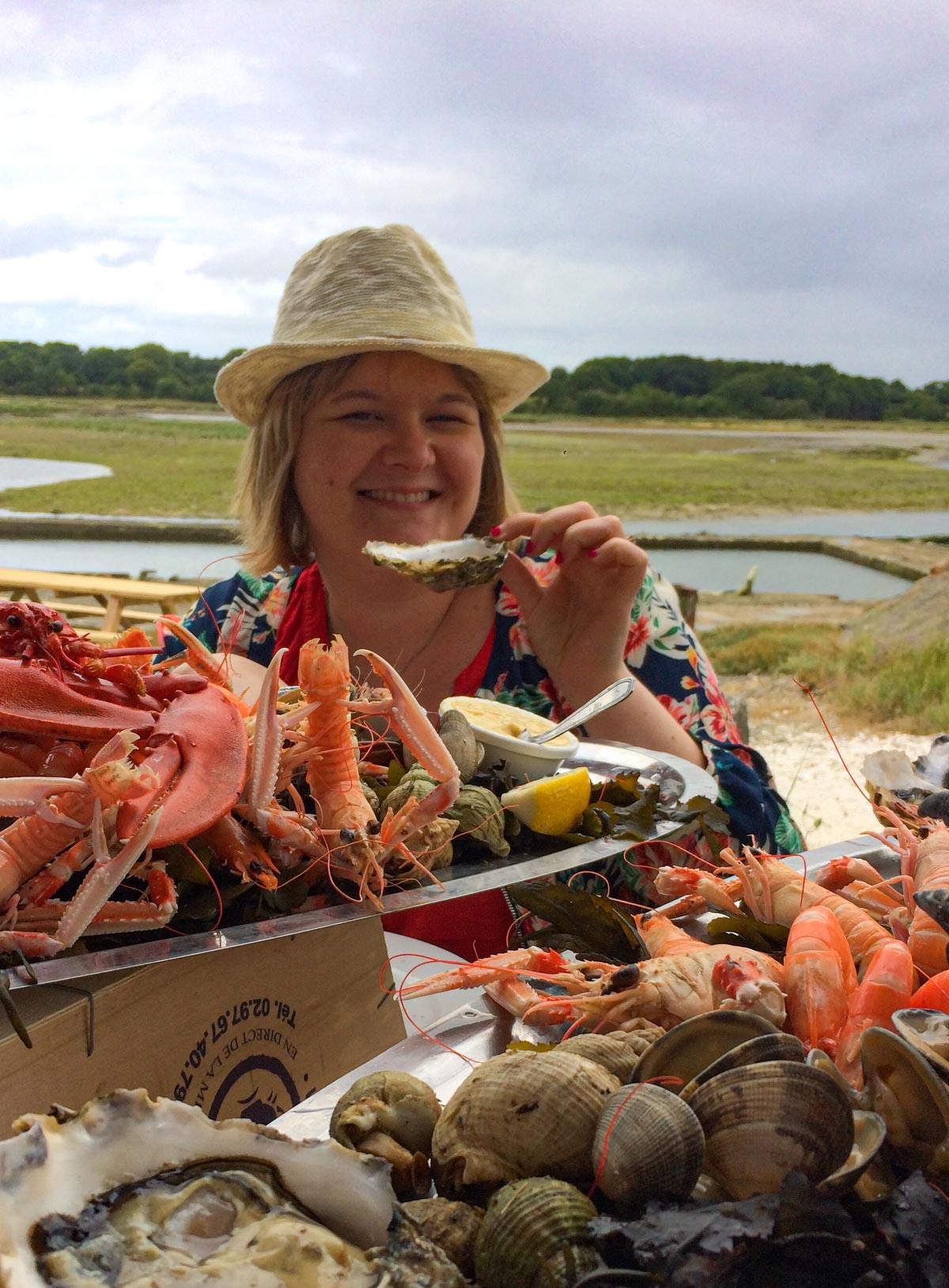Marie-Catherine qui mange un plateau de fruits de mer, Morbihan, Bretagne