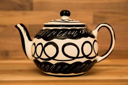 Black and White medium teapot in Scribble