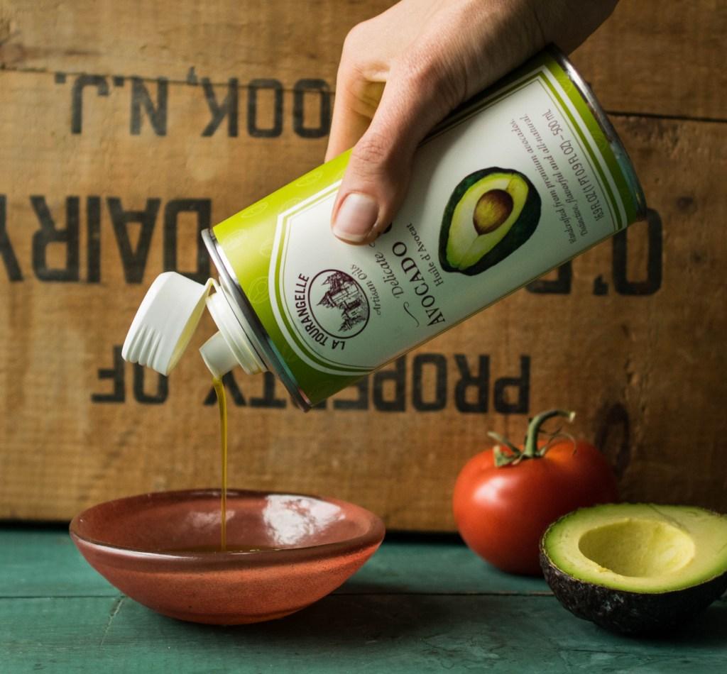 avocado oil pour_