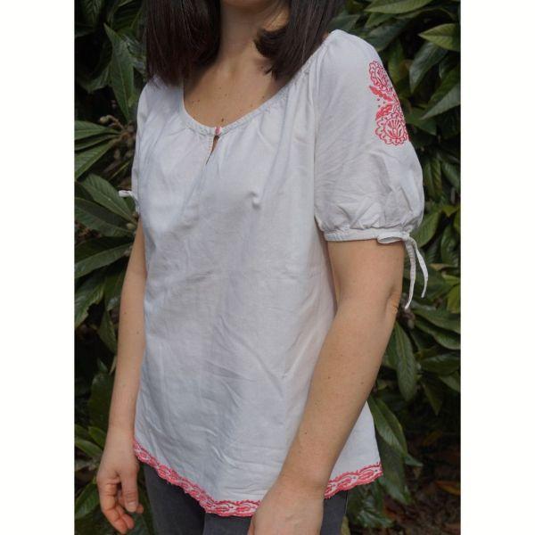 Camisa com bordados rosa - reCloset roupa em segunda mão