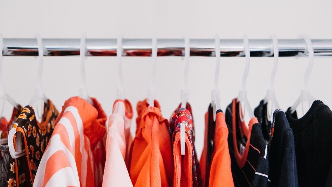 Como comprar roupa em segunda mão – uma questão de prática?