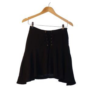 Minissaia preta com fita cruzada - reCloset roupa em segunda mão