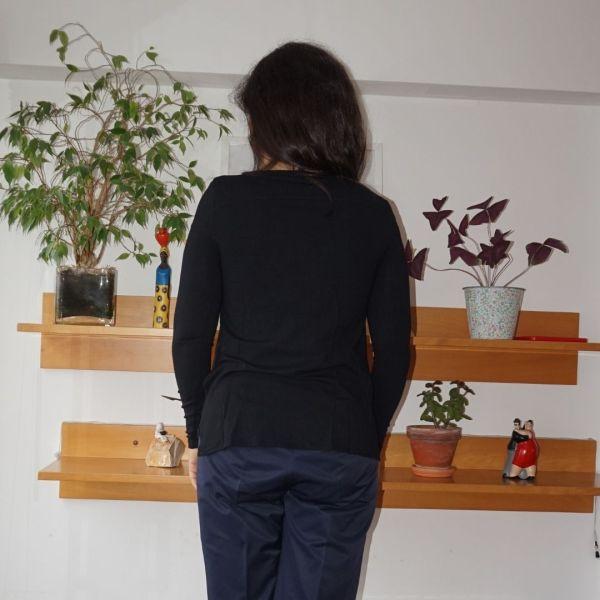 Camisola preta com frente às flores - reCloset roupa em segunda mão