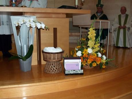 À la procession des offrandes, les Adoratrices et Adorateurs Missionnaires ont offert une belle orchidée et un coffret rempli de lettres de reconnaissance à la communauté.