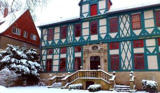 Im Hof am Café im Torhaus sieht man die Loge der Freimaurer, ein eindrucksvolles Gebäude.