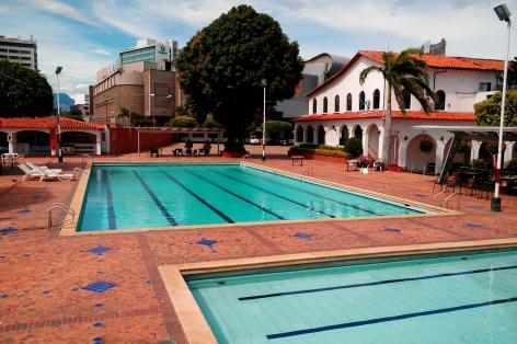 Rechts kommt man in den Club und findet vor sich das große Becken und links das Kinderbecken.