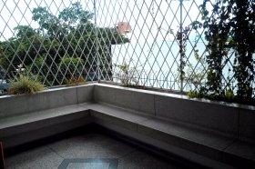 Durch die Gitter konnte man die Stadt beobachten und sich den Wind um die Nase wehen lassen.