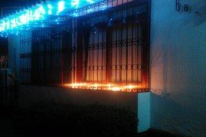 Kerzen auf der Fensterbank.
