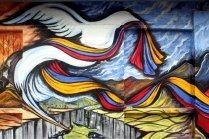 Die Taube symbolisiert den Wunsch nach Frieden zwischen den benachbarten Völkern.